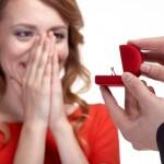プロポーズに婚約指輪は必要!?値段の相場と指輪の有無